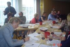 De wijnproeverij in Menaldum in volle gang