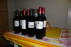 De rode wijnen staan gereed voor een wijnproeverij in Huis ter Heide.