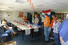De proeftafel staat klaar in Alblasserdam. Iedereen neemt plaats voor een mooie wijnproeverij met de familie