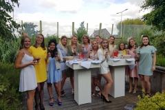Wijnproeverij met vriendinnen tijdens een gezellig feest.
