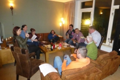 Gezellig wijnproeven met vrienden in de huiskamer op de bank in Maassluis