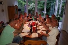 Wijnproeverij met vrienden tijdens een gezellig feest.