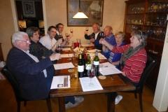 Wijnproeverij met vrienden tijdens een gezellig feest in Nieuw Vennep