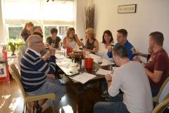 Wijnproeverij met vrienden in Veenendaal. Concentratie tijdens het proeven.