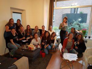 Wijnproeverij met vrienden tijdens een gezellig feest