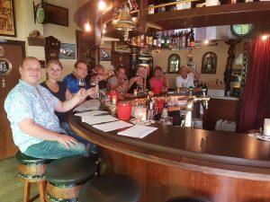 Wijnproeverij met vrienden tijdens een gezellig feest in het cafe