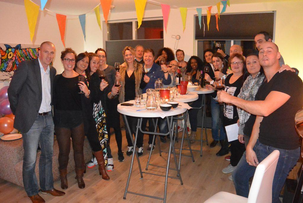 Wijnproeverij met vrienden tijdens een gezellig feest in Alkmaar.