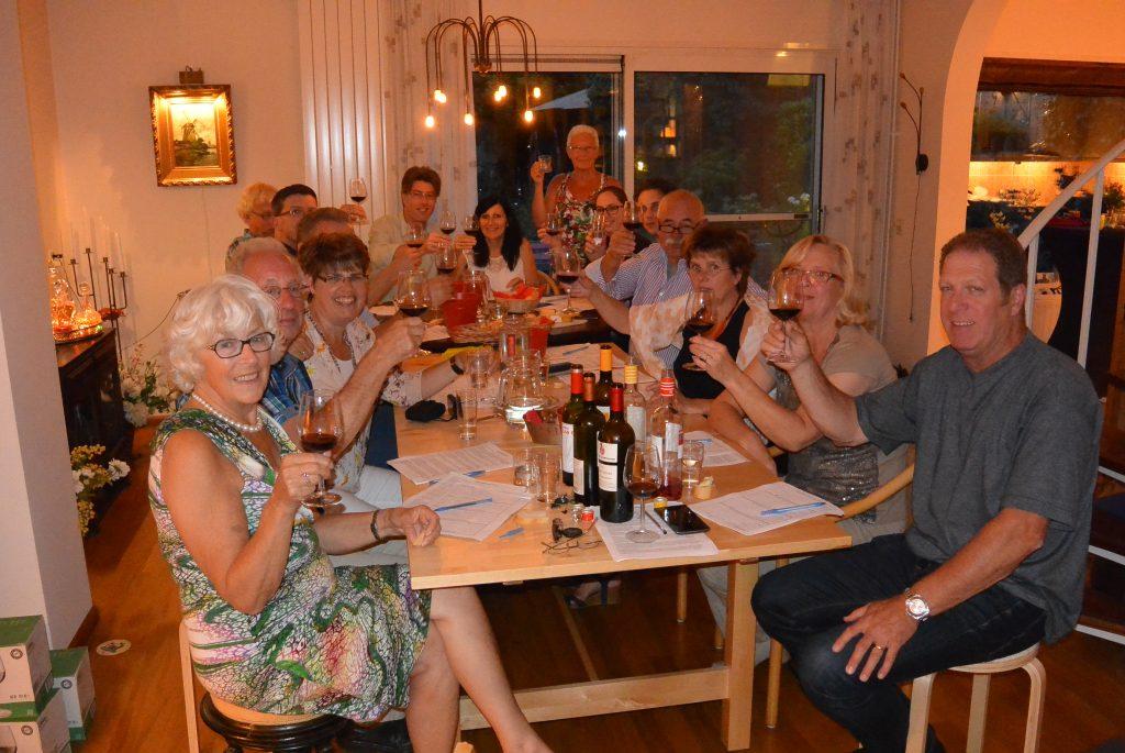 Wijnproeverij met vrienden tijdens een gezellig feest in Oosterhout.