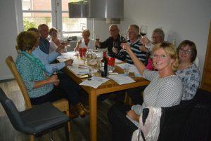 Wijnproeverij met vrienden tijdens een gezellig feest in Noordwijkerhout