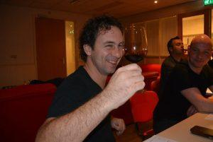 Proosten tijdens een gezellige wijnproeverij met vrienden op een feest in Westelbeers