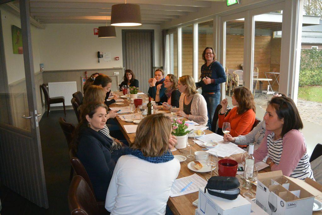 Wijnproeverij met vrienden tijdens een gezellig feest in Hoogeloon.