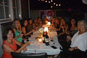 Wijnproeverij met vrienden tijdens een gezellig feest in Uitgeest.