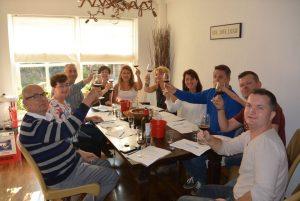 Wijnproeverij met vrienden tijdens een gezellig feest in Veenendaal