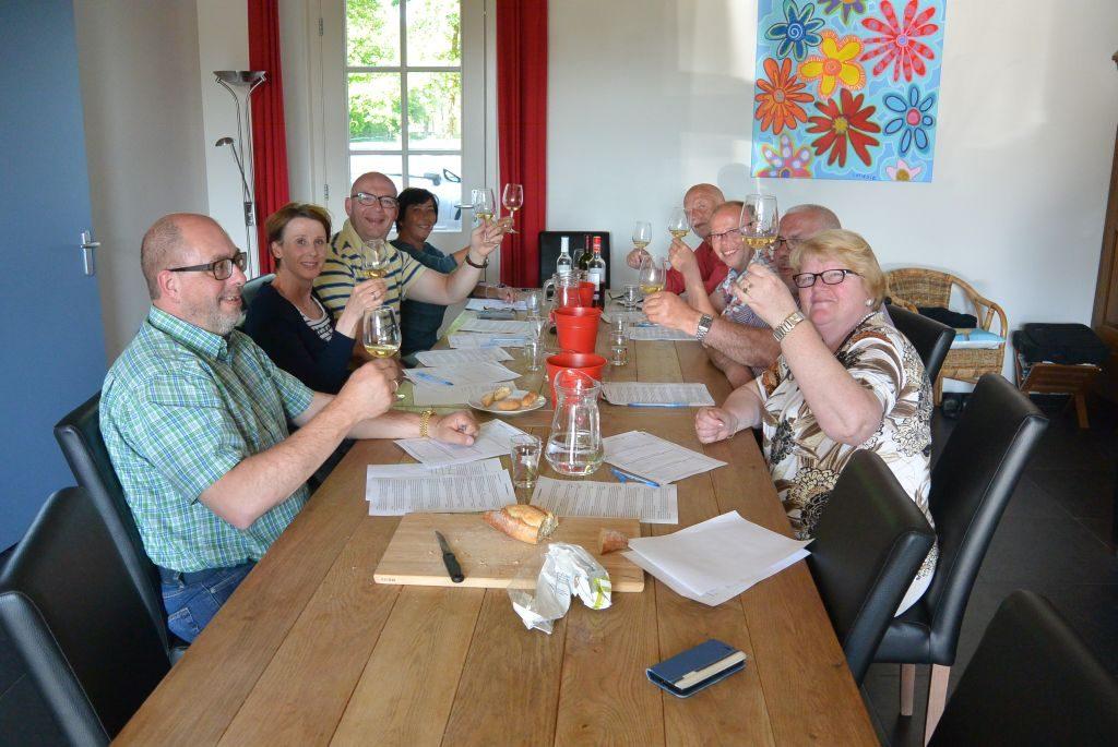 Wijnproeverij intiem met vrienden tijdens een gezellig feest in Venray.
