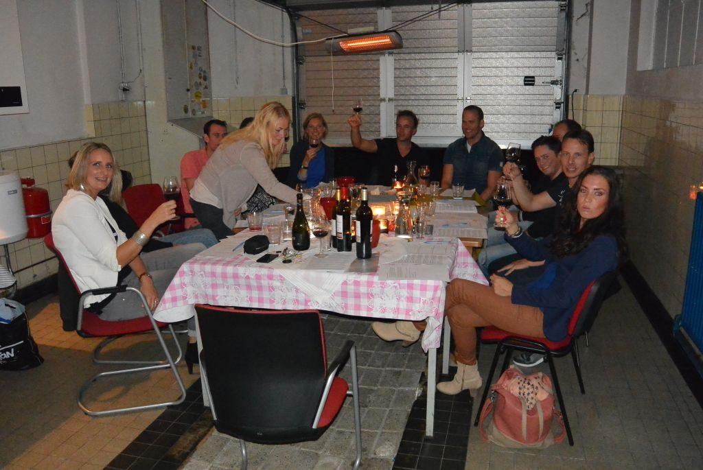 Wijnproeverij met vrienden en collega's tijdens een gezellig feest. in Woudenberg
