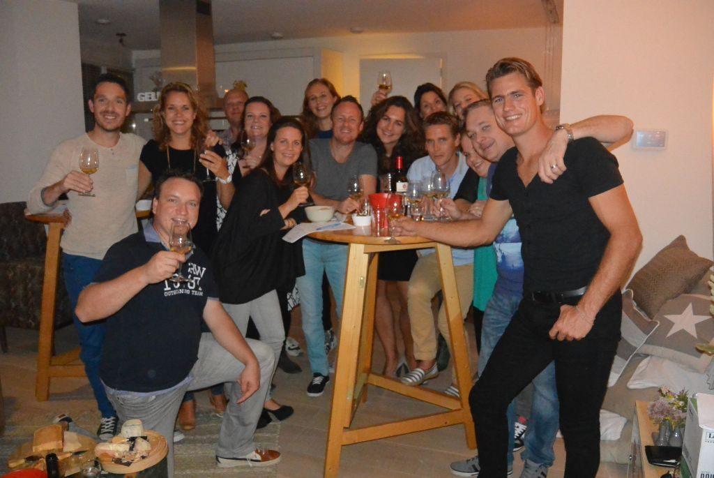 Wijnproeverij met vrienden tijdens feest in Uithoorn
